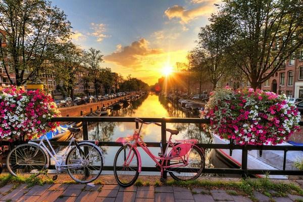 Xe đạp là phương tiện giúp du khách có thể tham quan trong thành phố