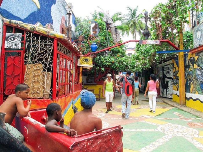 Tìm bồn tắm đầy màu sắc tại Callejón de Hamel