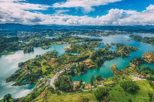 Colombia có khí hậu xích đạo tuy nhiên mỗi vùng miền khác nhau lại có những đặc điểm thời tiết khác nhau