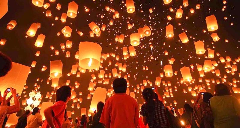 Hàng ngàn chiếc đèn lồng được lên không trung