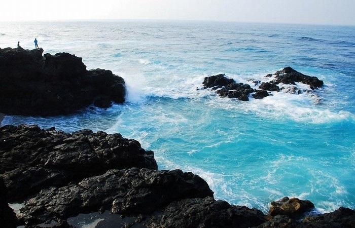 Bãi đá Đen với những phiến đá den và nước biển trong xanh