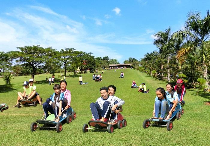 Trượt cỏ tại khu du lịch Vườn Xoài