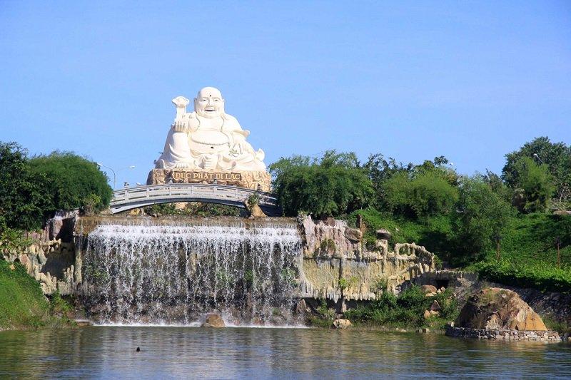 Khu văn hóa tín ngưỡng với bức tượng Phật rất lớn