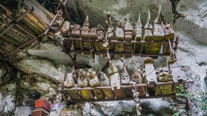 Tham quan các ngôi mộ trên vách đá