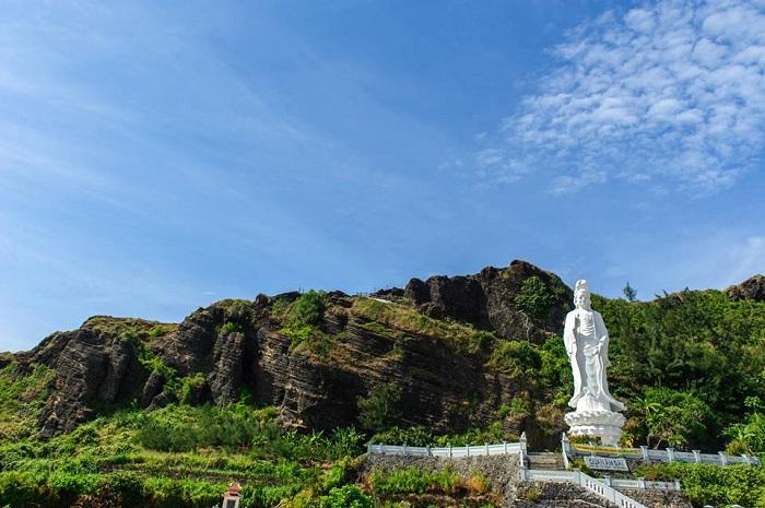 Chùa Hang là một ngôi chùa nổi tiếng trên đảo Lý Sơn