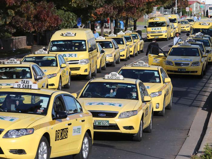 Di chuyển bằng taxi