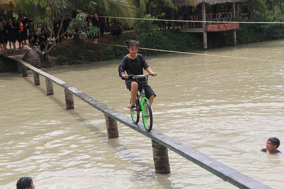Đi xe đạp qua cầu khỉ