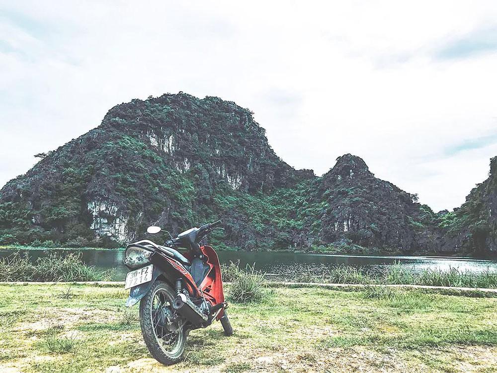 Bạn cũng có thể đi du lịch đầm Vân Long bằng xe máy