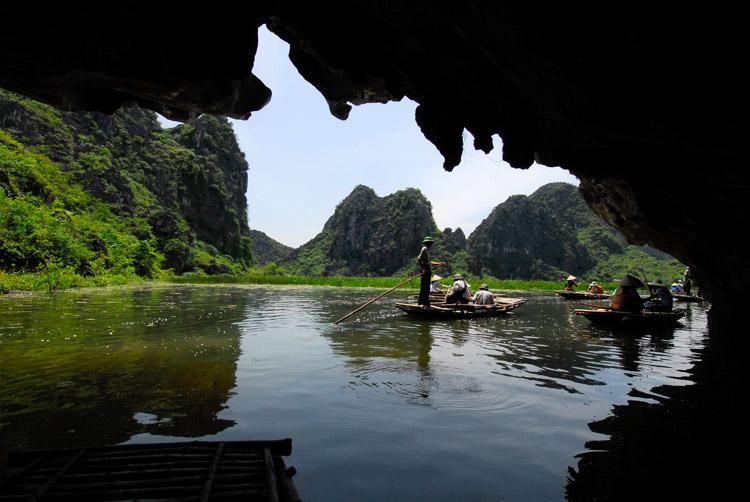 Đầm Vân Long có rất nhiều hang động đẹp để chúng ta có thể khám phá
