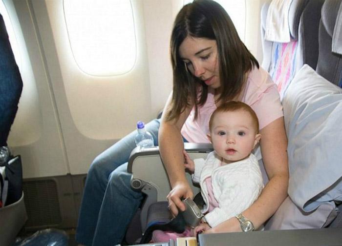 Chú ý khi cho trẻ ngồi trên máy bay