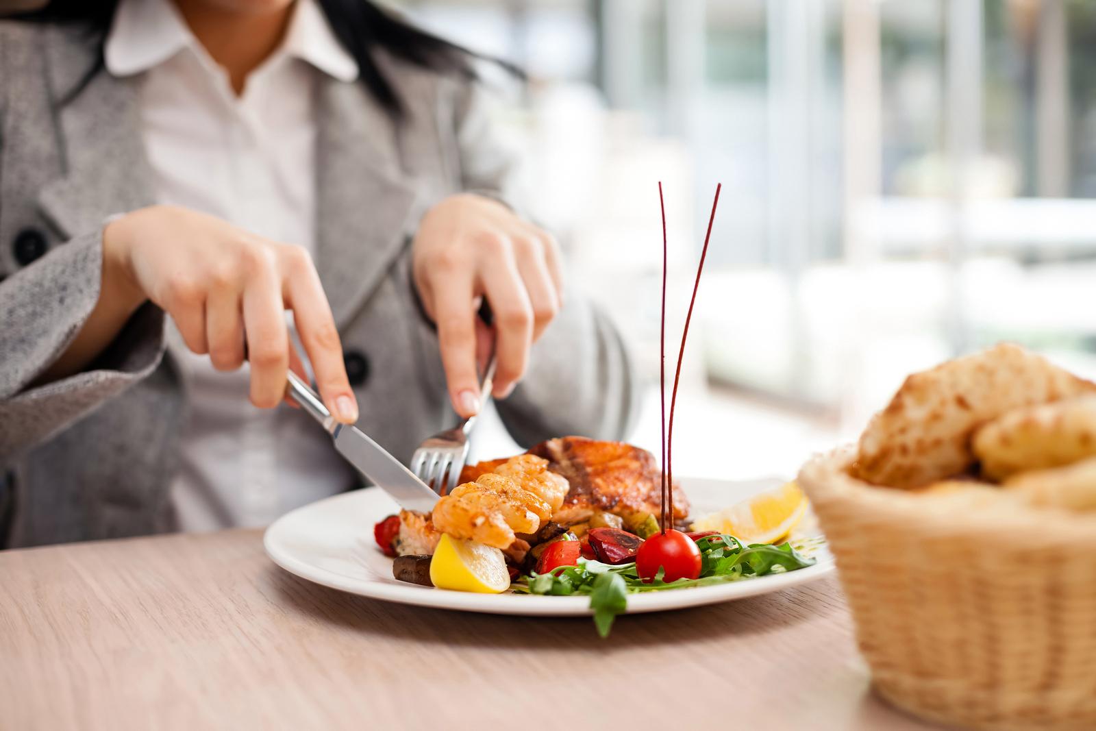 dùng dao khi ăn