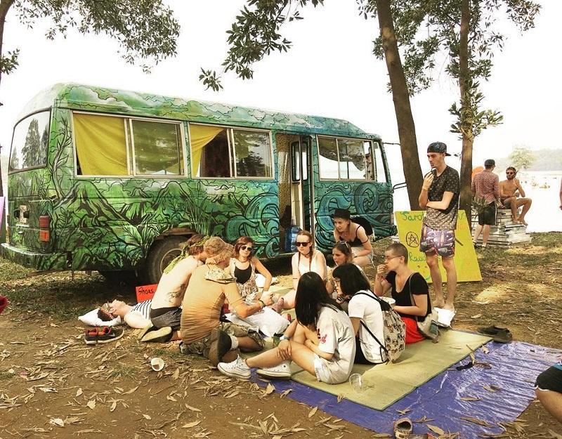 Khi đi cắm trại thì nên đi theo nhóm đông người