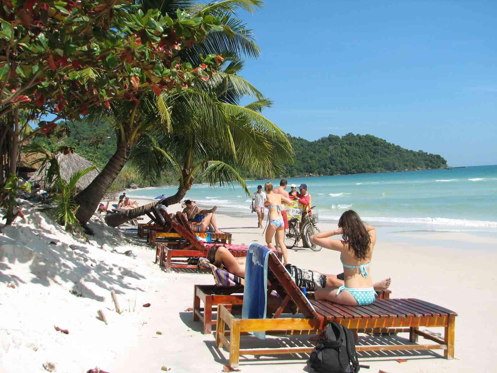Tắm biển là một hoạt động không thể bỏ qua tại Bãi Khem