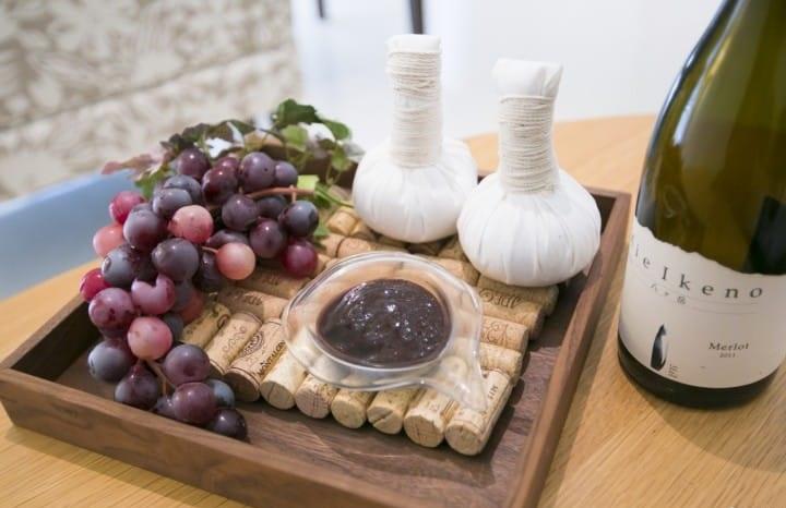 Thưởng thức trái cây và rượu vang