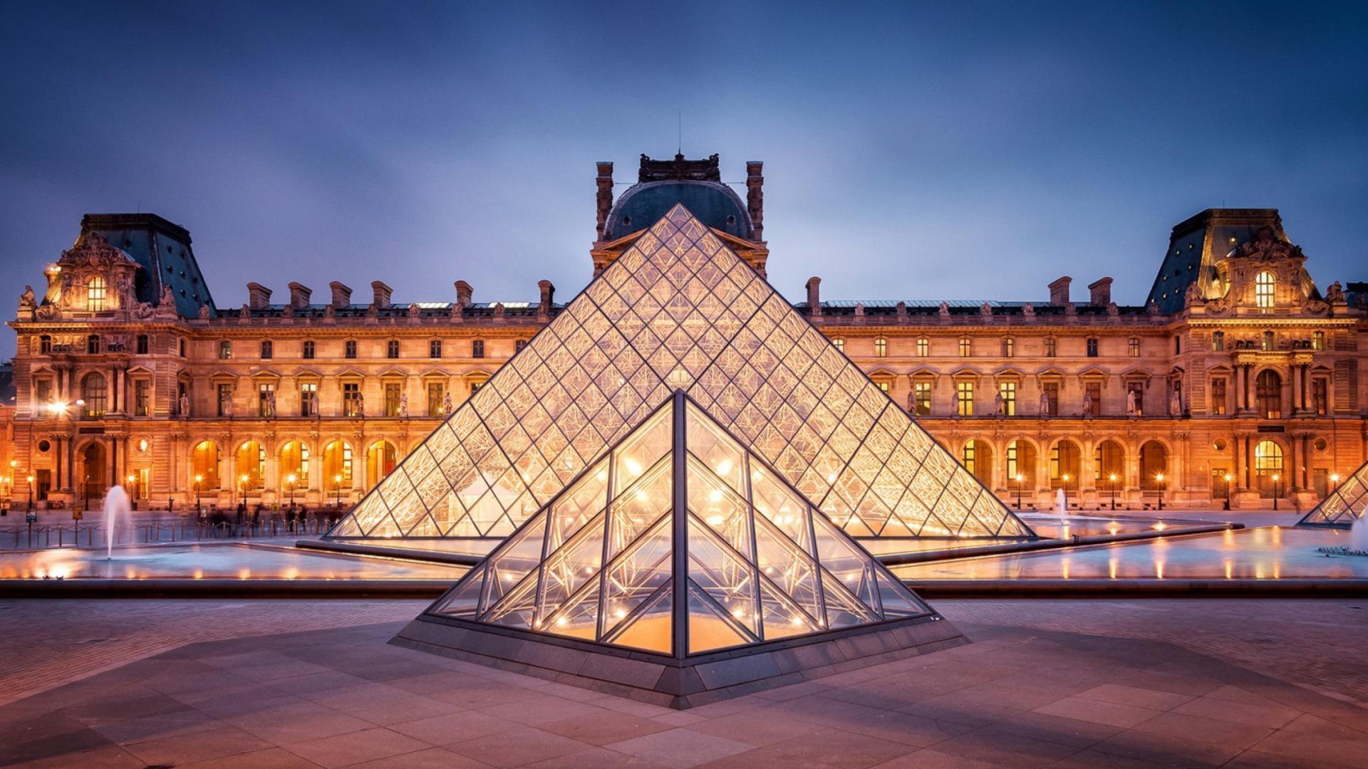 Kim tự tháp được làm bằng kính tại bảo tàng Louvre