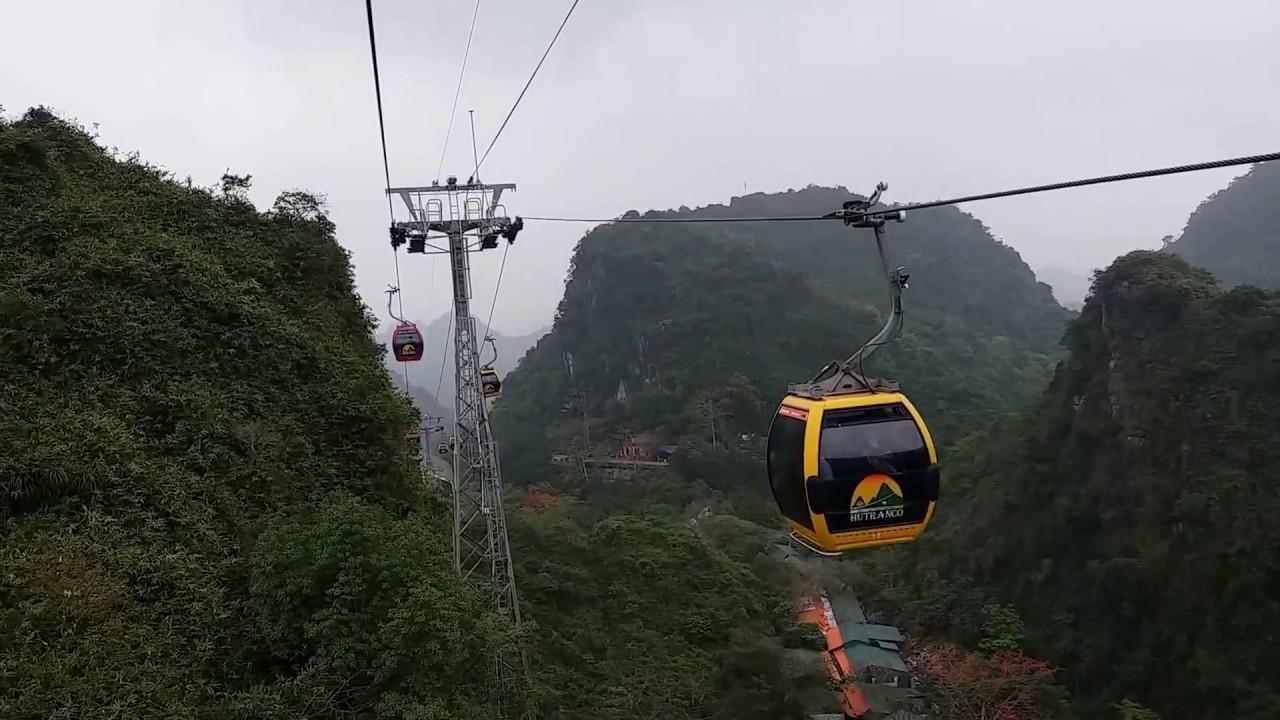 Để tham quan chùa Hương bạn có thể đi bằng cáp treo hoặc đò